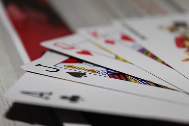 משחקי שתייה עם קלפים